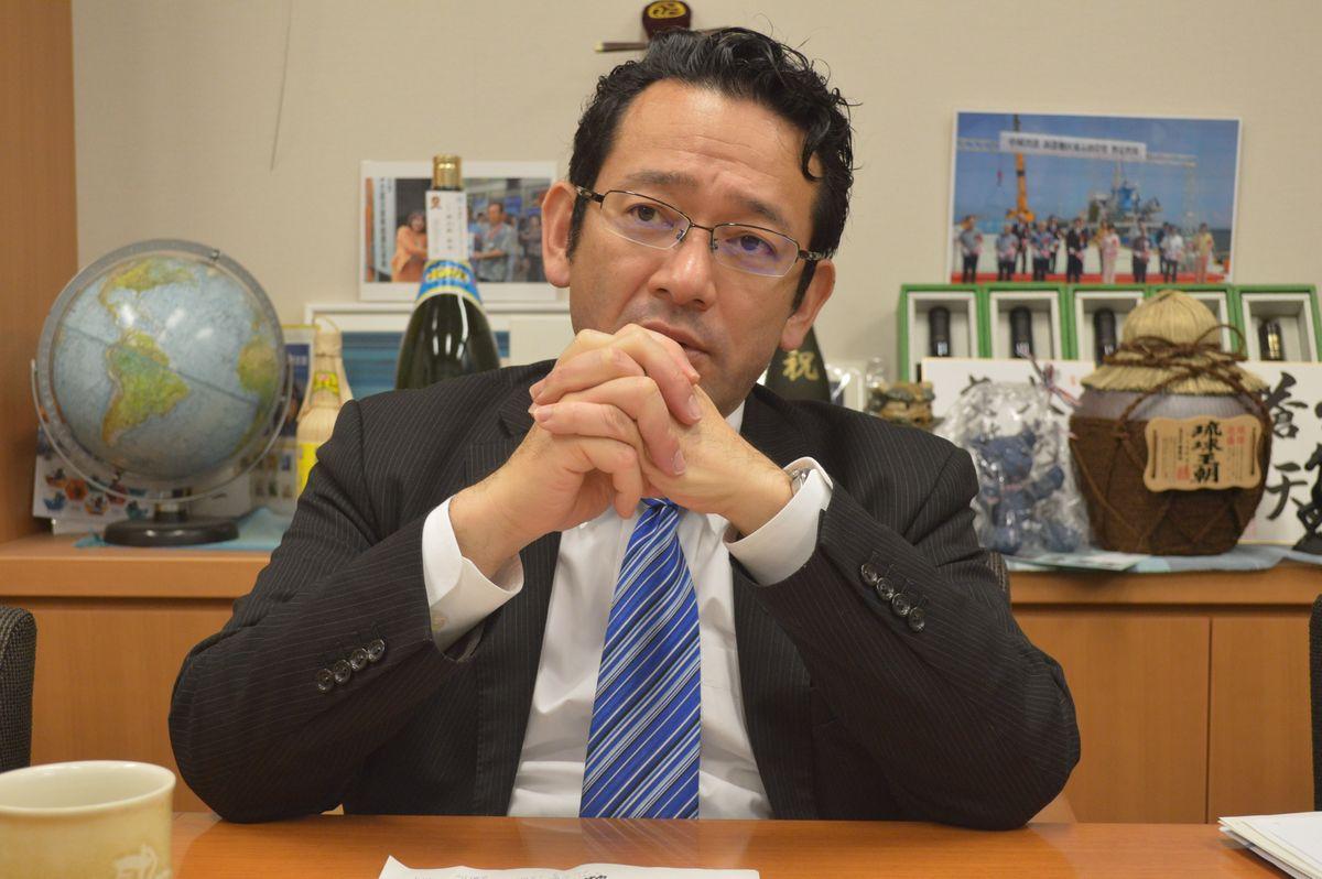 写真・図版 : 取材に応じる「復帰っ子」、国場幸之助衆院議員=4月、東京・永田町の衆院議員会館。藤田撮影