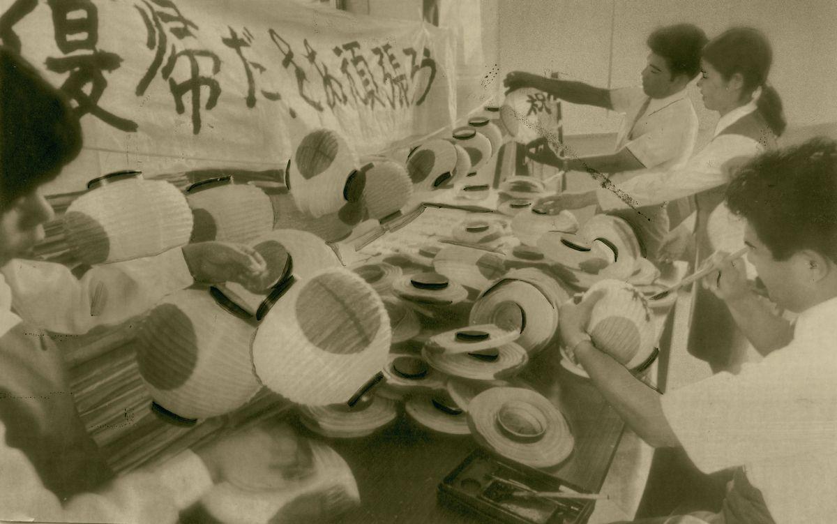 写真・図版 : 1971年6月、翌年の日本復帰に向け日の丸ちょうちん行列の準備を進める沖縄の経済団体=那覇市。朝日新聞社