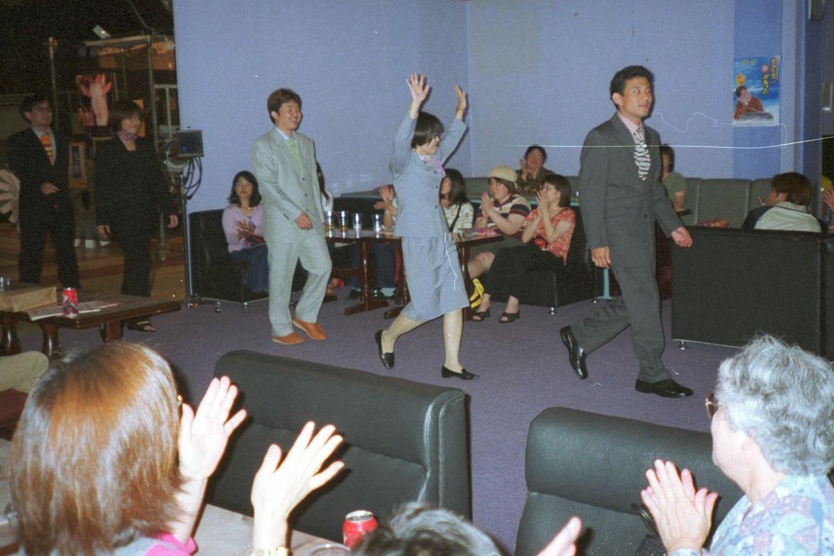 写真・図版 : 沖縄が日本復帰30周年を迎えた2002年5月、那覇市では30歳の「復帰っ子」たちがモデルになったファッションショーがあった=朝日新聞社