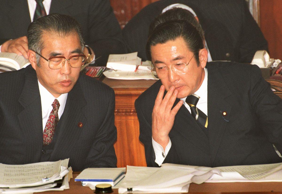 写真・図版 : 1998年2月、衆院本会議場の閣僚席で隣り合う橋本龍太郎首相と、後継となる小渕恵三外相=朝日新聞社