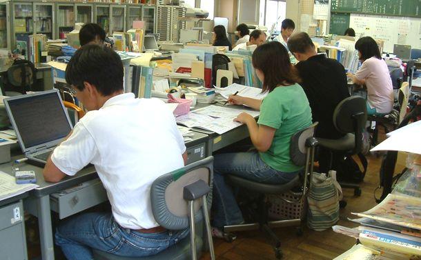 写真・図版 : 放課後の職員室で仕事をする小学校の教師たち。「勤務時間中は雑談するひまもありません」=奈良県内で