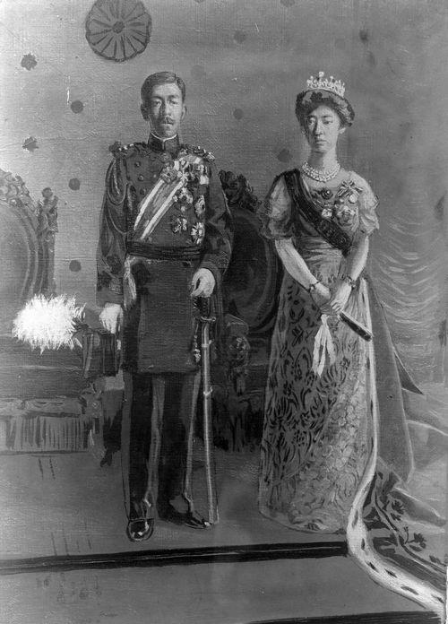 写真・図版 : 大正天皇嘉仁と貞明皇后節子の肖像画