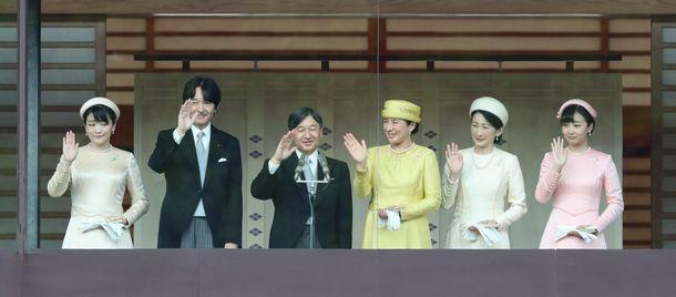 写真・図版 : 一般参賀に集まった人たちに手を振る天皇、皇后、秋篠宮夫妻、眞子内親王、佳子内親王=2019年5月4日、皇居・宮殿