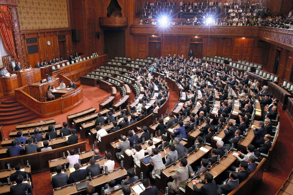 与党などの賛成多数で安保関連法が可決・成立した参院本会議=2015年9月19日
