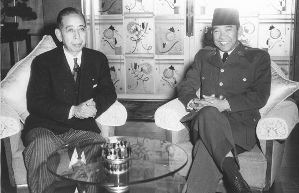 写真・図版 : 訪日したスカルノ・インドネシア大統領(右)と会談する岸信介首相=1958年1月30日、東京・迎賓館