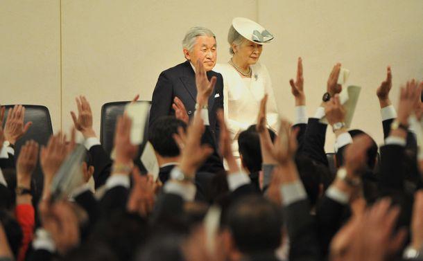 写真・図版 : 「主権回復」式典に参列した天皇、皇后両陛下(当時)。式典が終わり退席する際、「天皇陛下、万歳!」の声が上がった=2013年4月28日、東京都千代田区