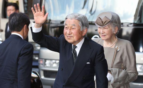 写真・図版 : 沖縄を訪問し、ホテルで出迎えの人たちに手を振る上皇、上皇后=2018年3月27日、那覇市内