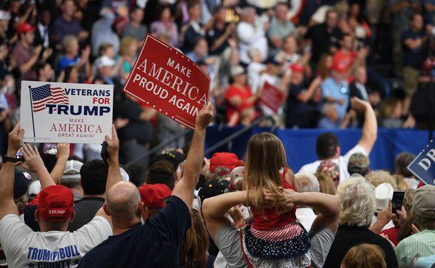 写真・図版 : トランプ大統領の集会で「再び誇らしい米国を」とのプラカードを掲げる支持者たち=2017年7月、米オハイオ州ヤングスタウン
