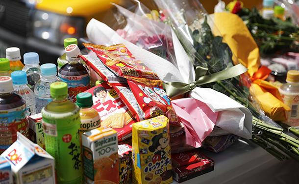 写真・図版 : 東京・池袋の事故現場では、献花台に多くのお菓子や花が供えられていた=2019年4月20日、林紗記撮影