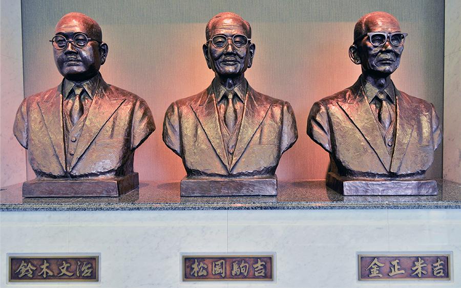 写真・図版 : 友愛会館の入り口に設置された労働運動功労者。左から鈴木文治、松岡駒吉、金正米吉