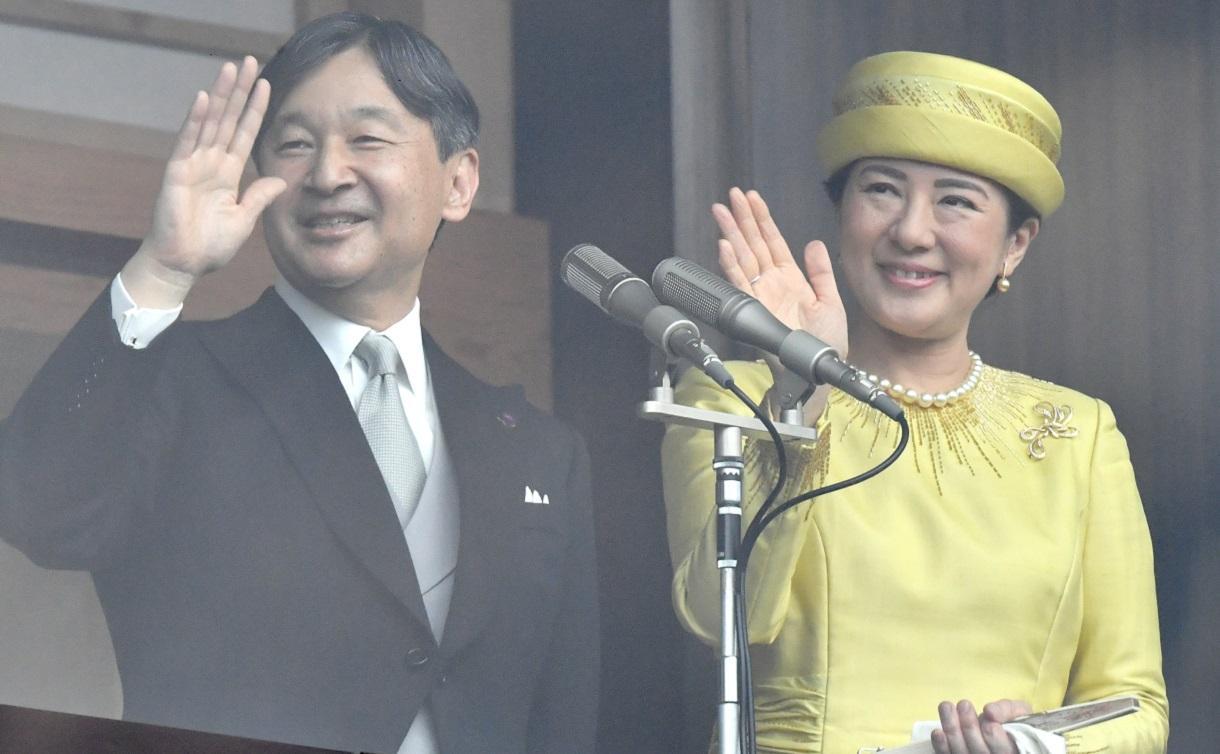 写真・図版 : 一般参賀に集まった人たちに手を振る天皇、皇后両陛下=2019年5月4日
