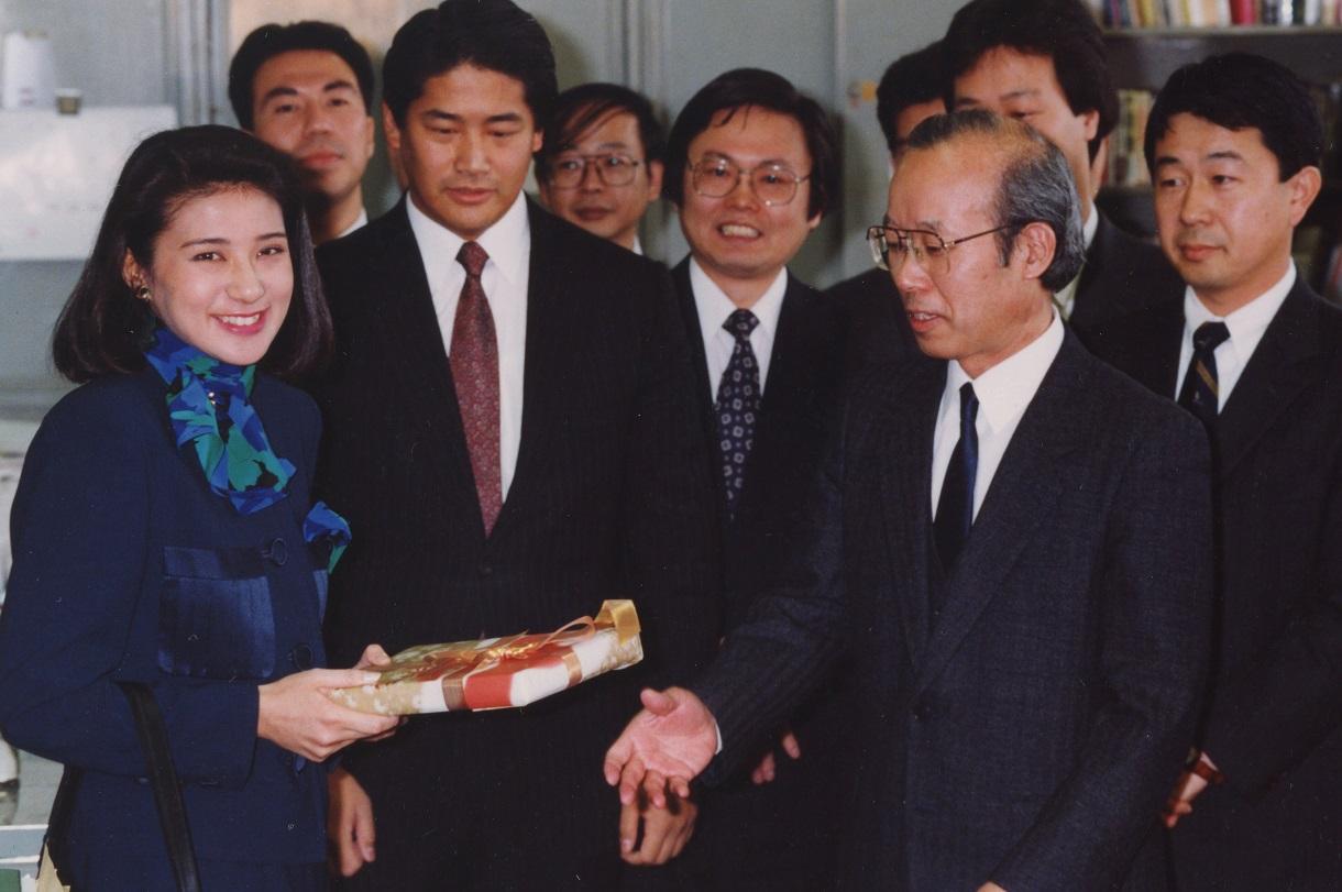 写真・図版 : 外務省を退職する際、北米二課で記念品を受け取る雅子さま=1993年2月、代表撮影