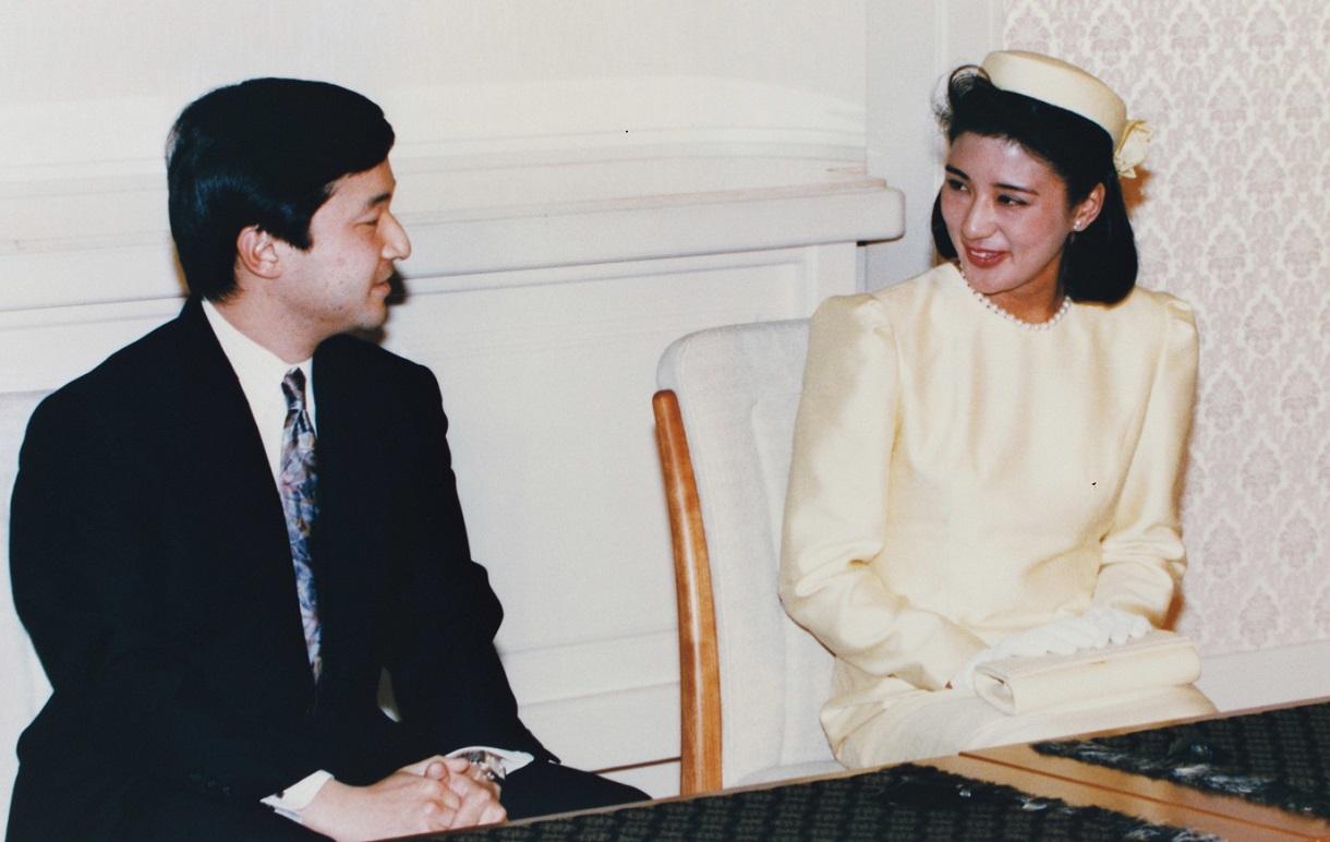 写真・図版 : 婚約決定後の記者会見で、皇太子さま(当時)について多くを語られた雅子さま=1993年1月19日