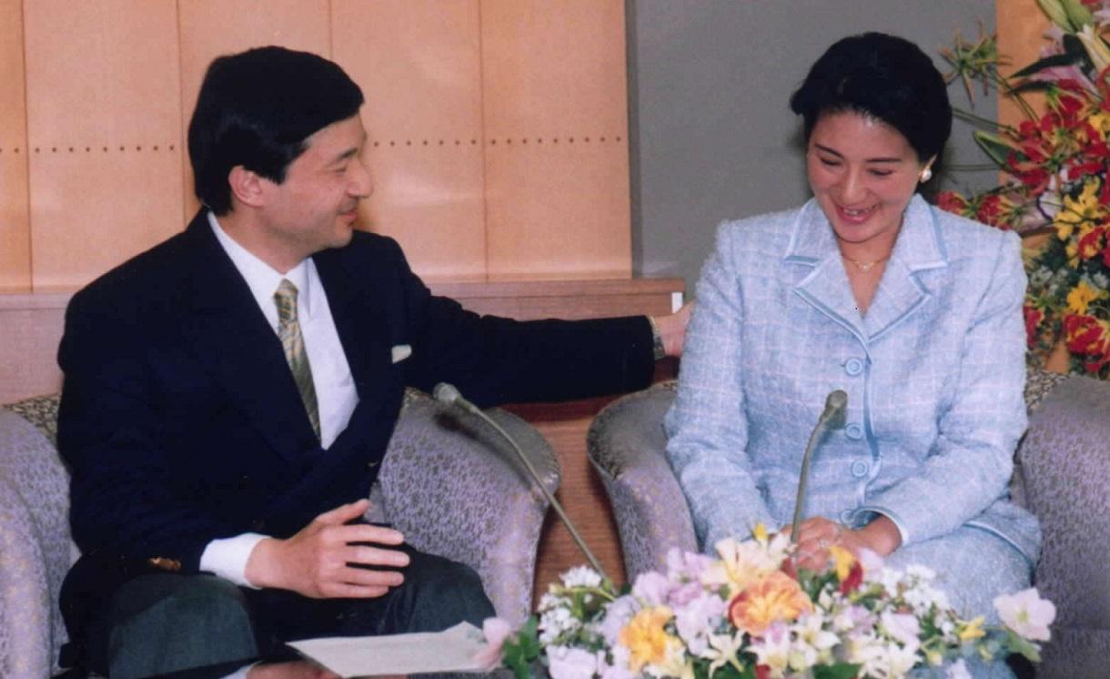 写真・図版 : 愛子さま誕生後、初めての会見で、ときおり涙ぐんで言葉に詰まる雅子さまに、皇太子さま(当時)が手を差し伸べる場面も=2002年4月2日
