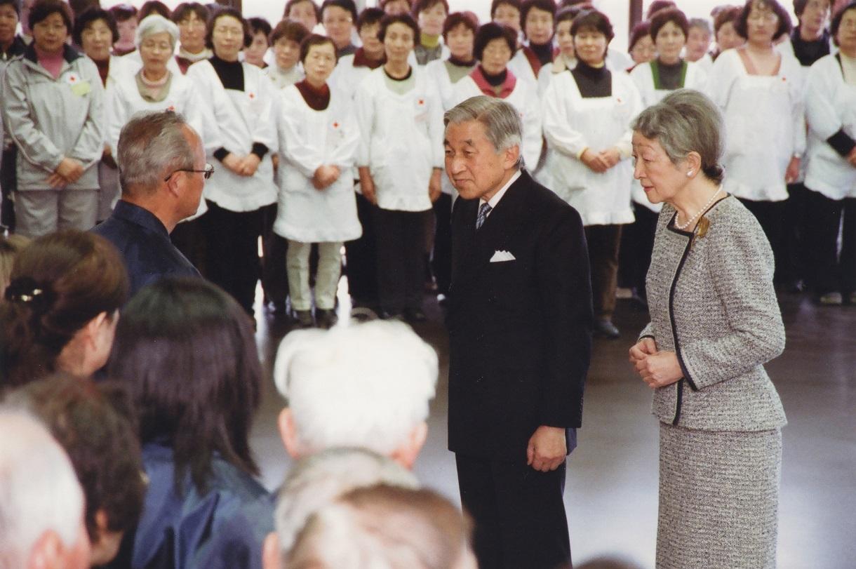 写真・図版 : 勤労奉仕団を激励する天皇、皇后両陛下(当時)=2008年11月、皇居・蓮池参集所、宮内庁提供
