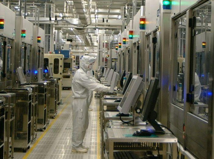 写真・図版 : 東日本大震災後、復旧作業を終えて生産に入ったルネサスエレクトロニクス那珂工場=2011年6月、茨城県ひたちなか市