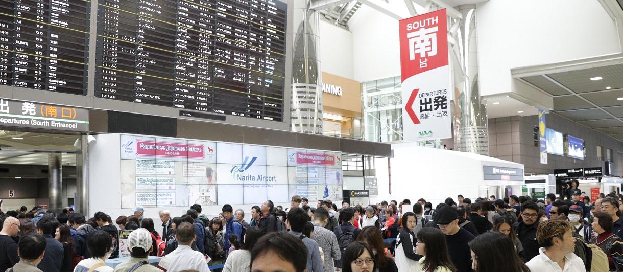 写真・図版 : 10連休初日で混雑する成田空港出国ロビー=2019年4月27日