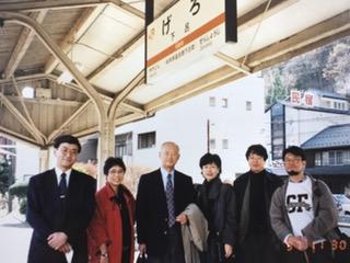 写真・図版 : 日本新党の元所長永田さん(写真中央)が、細川さんのために私円より子を離党させるねらいで企画した下呂温泉の旅。右端が連合の逢見直人さん=1997年11月30日(筆者提供)