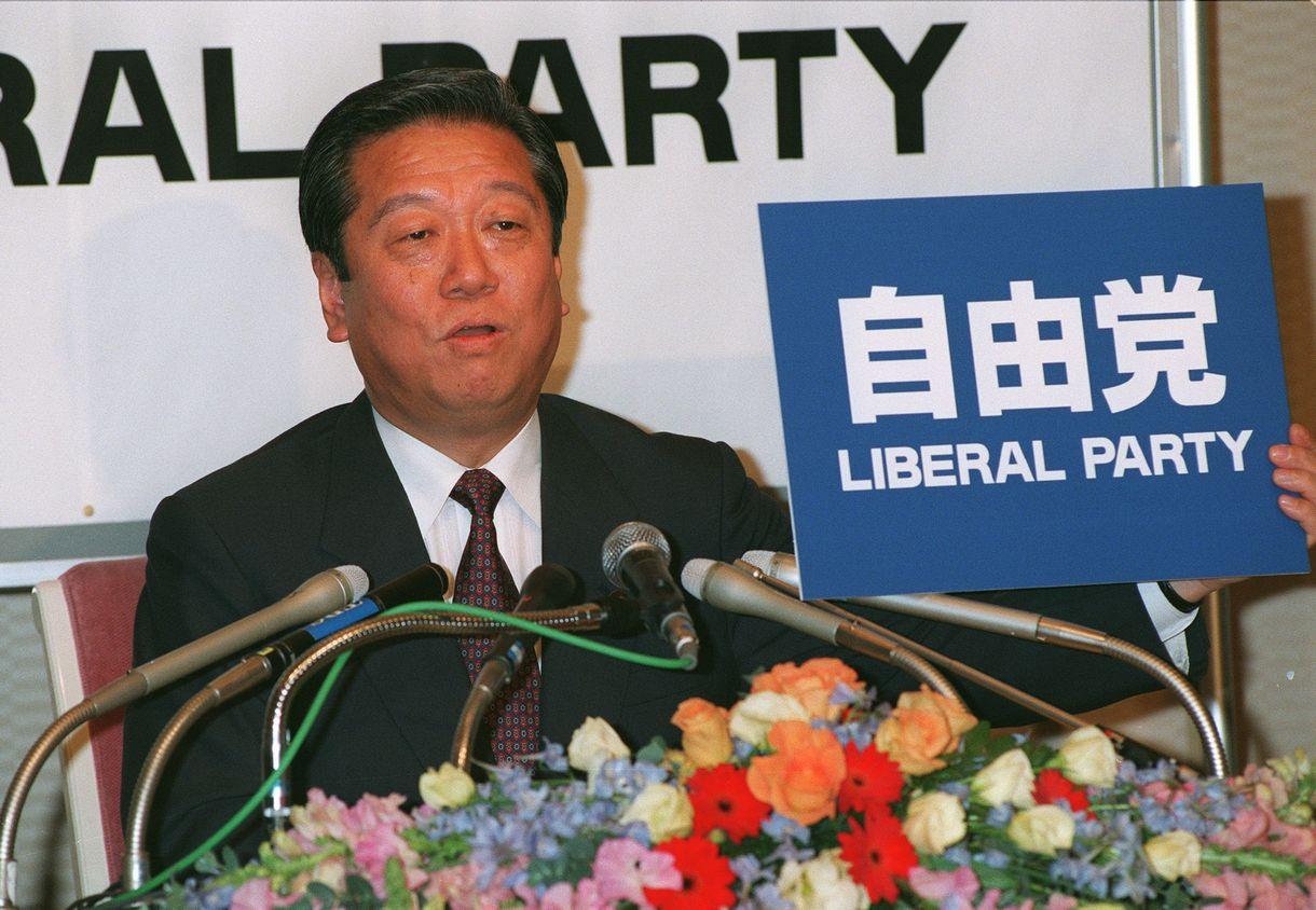 写真・図版 : 新進党が6党に分裂。「自由党」の党名を発表する小沢一郎氏=1997年12月30日、東京都港区