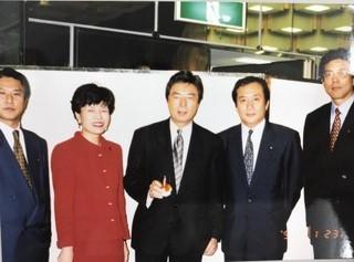 写真・図版 : フロムファイブの5人。左から樽床伸二さん、円より子、細川護熙さん、上田清さん、江本孟紀さん=1998年1月23日(筆者提供)