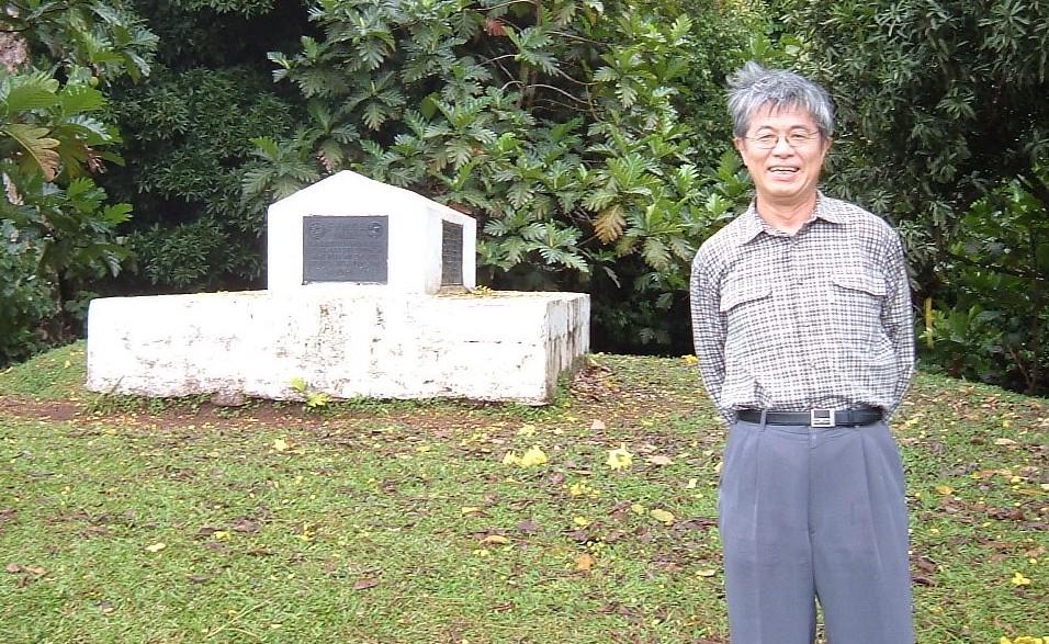 写真・図版 : スティーブンソンの墓の前に立つ筆者