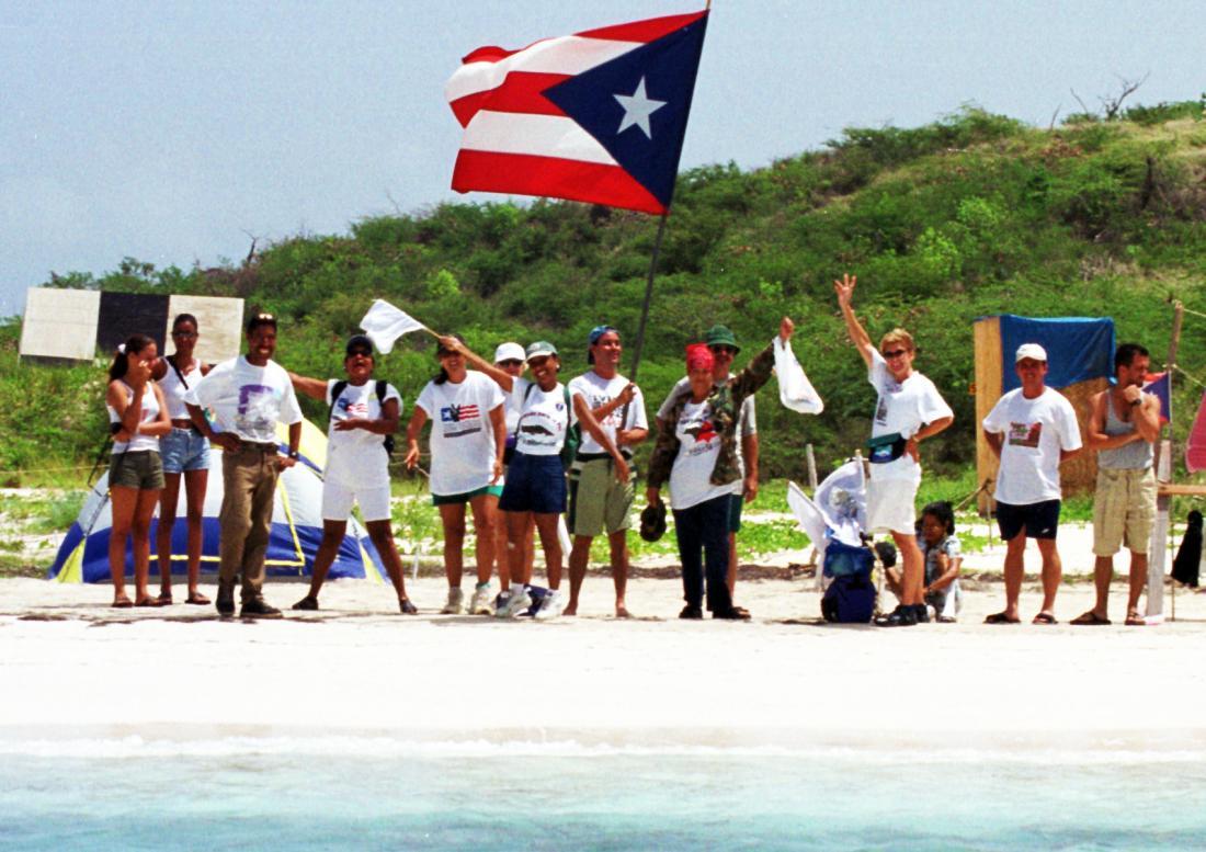 写真・図版 : 米海軍実弾射爆場での誤爆事件を発端とする反基地運動の集会=1999年8月4日、ビエケス島、大野明撮影