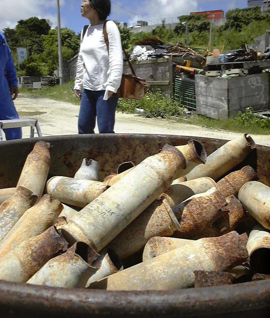 写真・図版 : 米軍から流出し、沖縄県内の鉄くず業者の敷地に保管されていた劣化ウラン弾の薬きょう=2000年 5月31日
