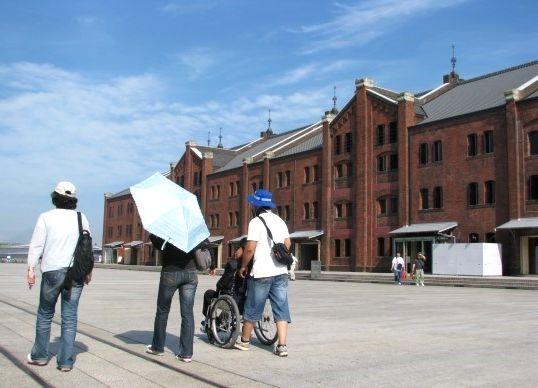 写真・図版 : 한국의 대학원 제자들과 휠체어 도움을 받으며 역사 유적 답사 중, 2009년 요코하마 아카렌카 앞= 필자 제공