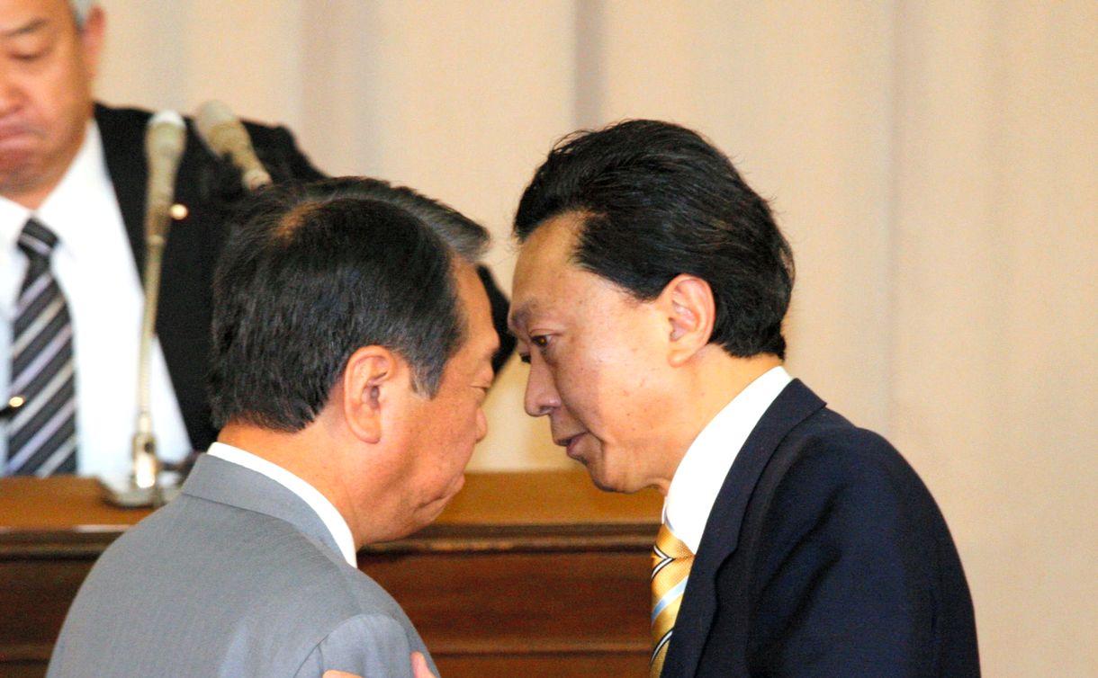 写真・図版 : 民主党両院議員総会で辞任のあいさつを終え、小沢一郎幹事長(左)と握手を交わす鳩山由紀夫首相=2010年6月2日、国会内