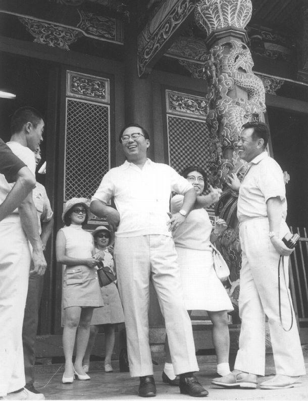 写真・図版 : 藤田商店の社員旅行でマカオを訪れた藤田田さん(中央)=1970