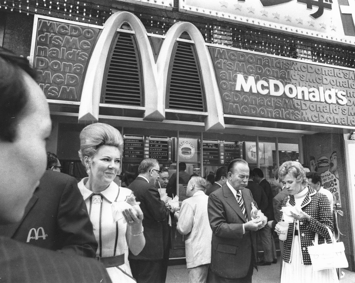 写真・図版 : 東京・銀座に開店したマクドナルド1号店 = 1971年7月20日