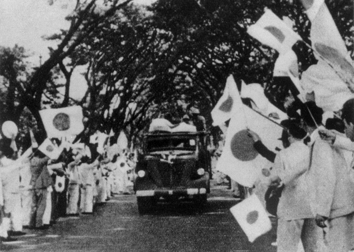 1941年12月8日、日本軍はタイに進駐した。写真は進駐する日本軍に日の丸を振って歓迎するタイ在留邦人