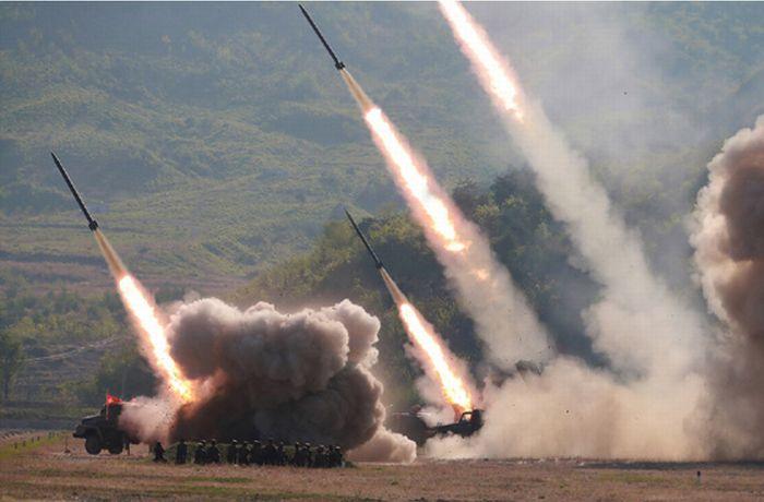 写真・図版 : 北朝鮮が5月9日に行った火力攻撃訓練=労働新聞ホームページから