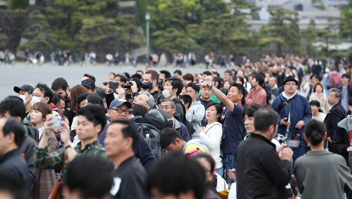 平成最後の日、皇居外苑に集まった人たち=2019年4月30日20190430