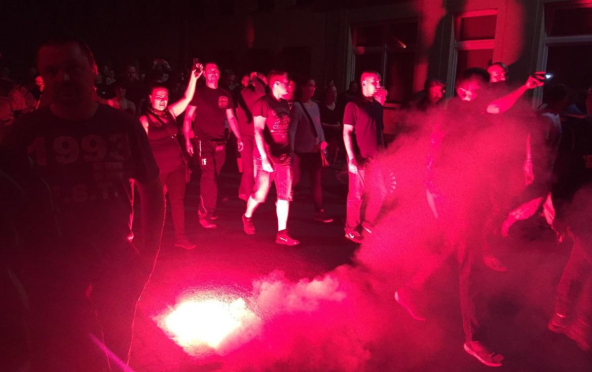 「外国人は出ていけ」と叫ぶ極右の抗議デモ=9日、ザクセン・アンハルト州ケーテン201809