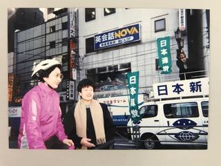 写真・図版 : 赤坂見附駅で朝の街宣をしていた日本新党のスタッフだった松野頼久さんに声をかけていたら総理公邸を抜け出してバイクで買い物に行くファーストレディ細川佳代子さんに出会った円。毎朝、表参道の小学校に通う娘を歩いて駅まで送って国会に行っていた=1994年3月25日