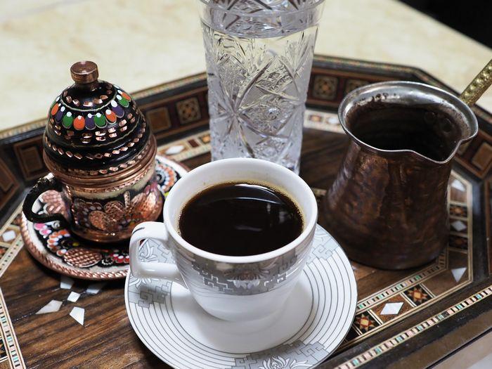 写真・図版 : ジュディさんが淹れてくれたコーヒー。シリアから仕入れた器も味わい深い