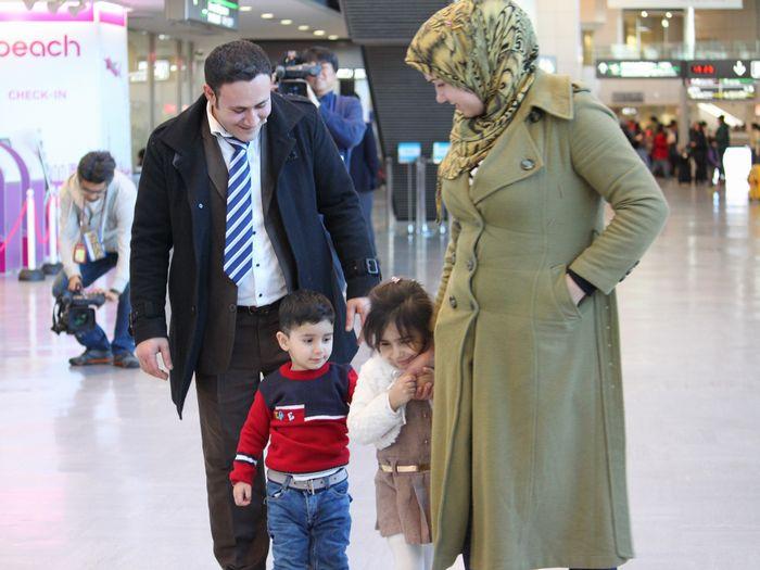 写真・図版 : 空港での、家族との再会(難民支援協会提供)