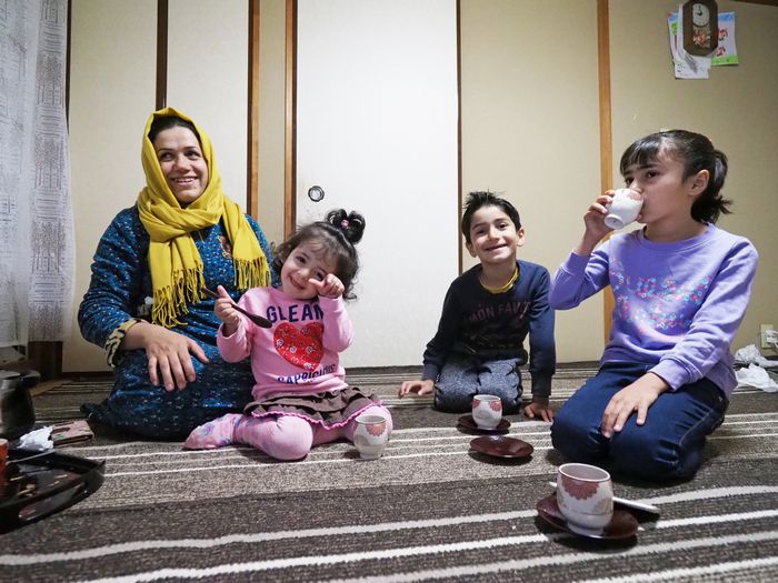 写真・図版 : 3人の子どもたちと奥さんが、シャイ(紅茶)を飲みながらジュディさんの帰りを待っていた