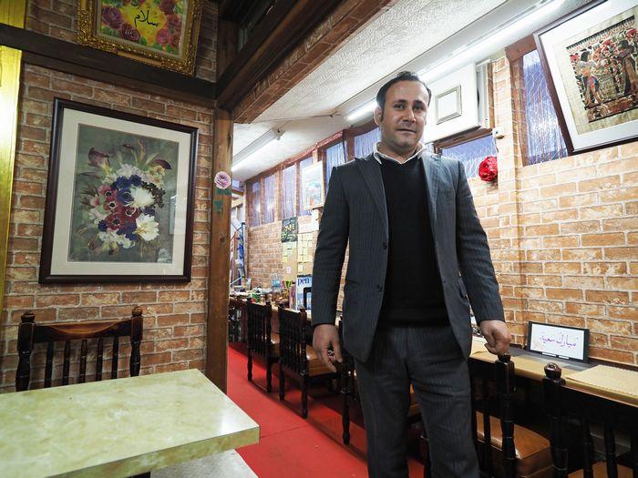 写真・図版 : 「ドバイ・アンティーク&カフェ」に温かく迎え入れてくれたジュディさん