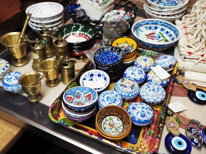 写真・図版 : 店内では、シリアのスーク(市場)でよく目にした小物も売られている