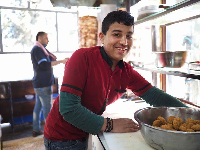 写真・図版 : 朝ごはんに立ち寄った、ハサカ県の街中の食堂