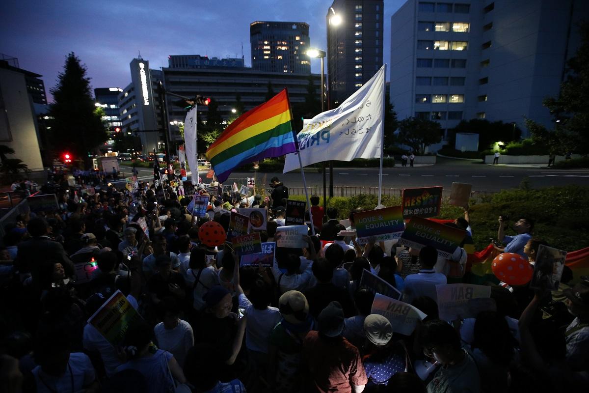 杉田議員の辞職を求める抗議活動=2018年7月2日、東京・永田町の自民党本部前