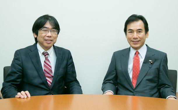 写真・図版 : 榛沢和彦さん(左)と話す阿久津幸彦