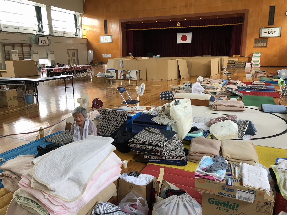 写真・図版 : 西日本豪雨後の愛媛県西予市の避難所=2018年7月16日、筆者撮影