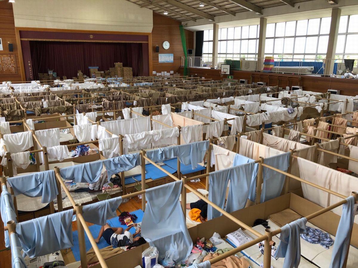 写真・図版 : 西日本豪雨後の岡山県総社市真備町の避難所=2018年7月21日、筆者撮影