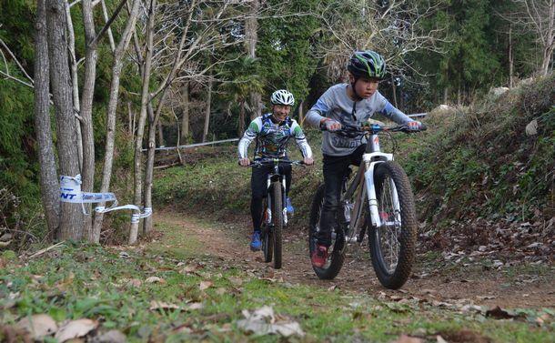 写真・図版 : 子どもでも楽しめるマウンテンバイクのコースも整備されるようになってきた=愛媛県八幡浜市、佐藤英法撮影