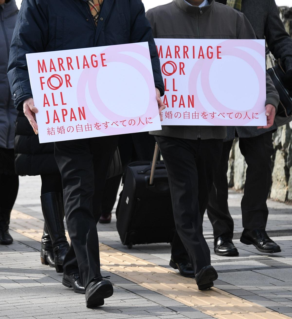 札幌地裁に入る同性婚訴訟の原告カップル=2019年2月14日