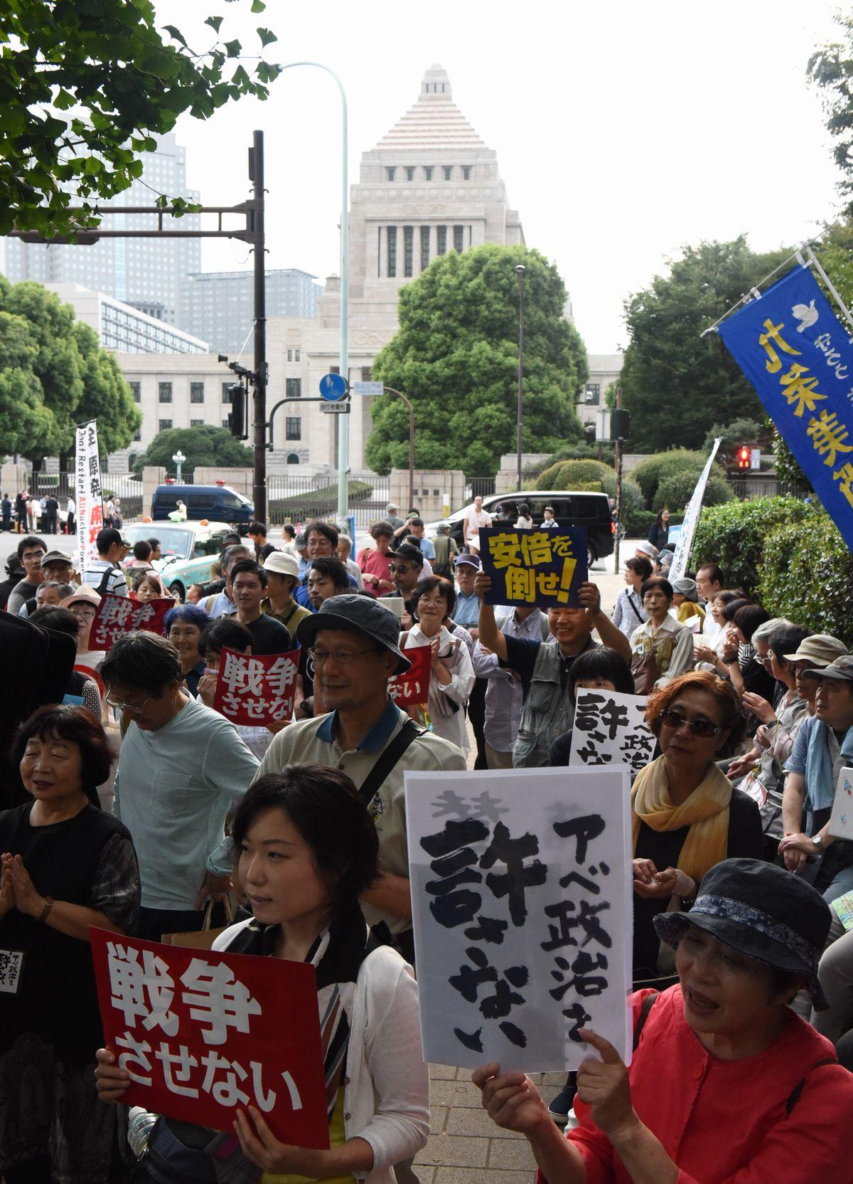 写真・図版 : 2016年9月19日、安保法制が成立した後も国会前で反対の声を上げる人たち=朝日新聞社
