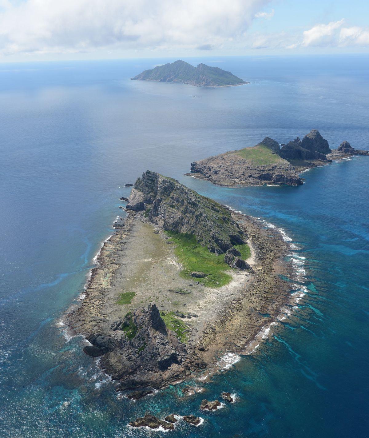 写真・図版 : 沖縄県石垣市に属する尖閣諸島=2012年9月。朝日新聞社